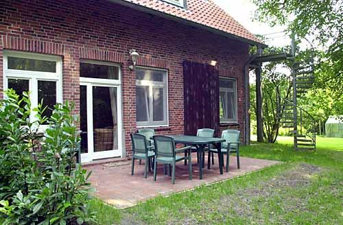 Der Sitzplatz auf der Terrasse: Bei schönem Wetter das ideale Freiluft-Wohn- und Esszimmer.
